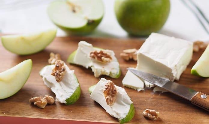 jablko s mäkkým syrom a vlašskými orechami